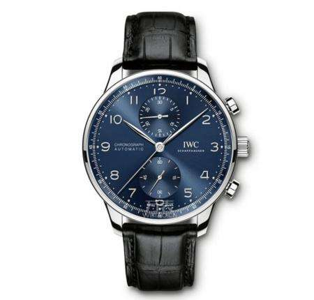 The blue dial presents a gradually varied effect under the sunshine, showing the special noble style.