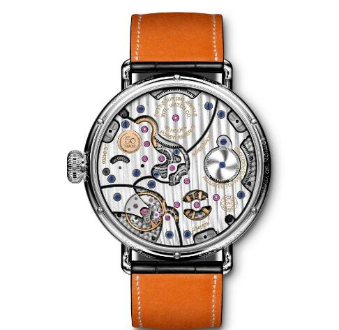 The exquisition of the movement could be viewed through the transparent sapphire crystal caseback.